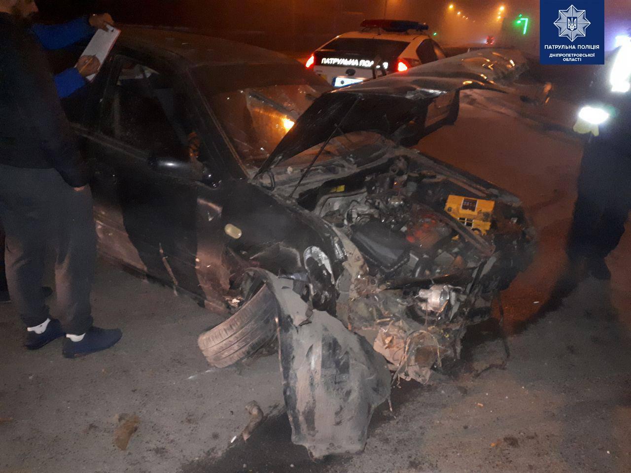 В Днепре автомобиль снес ограждение: улики спрятали в кустах. Новости Днепра