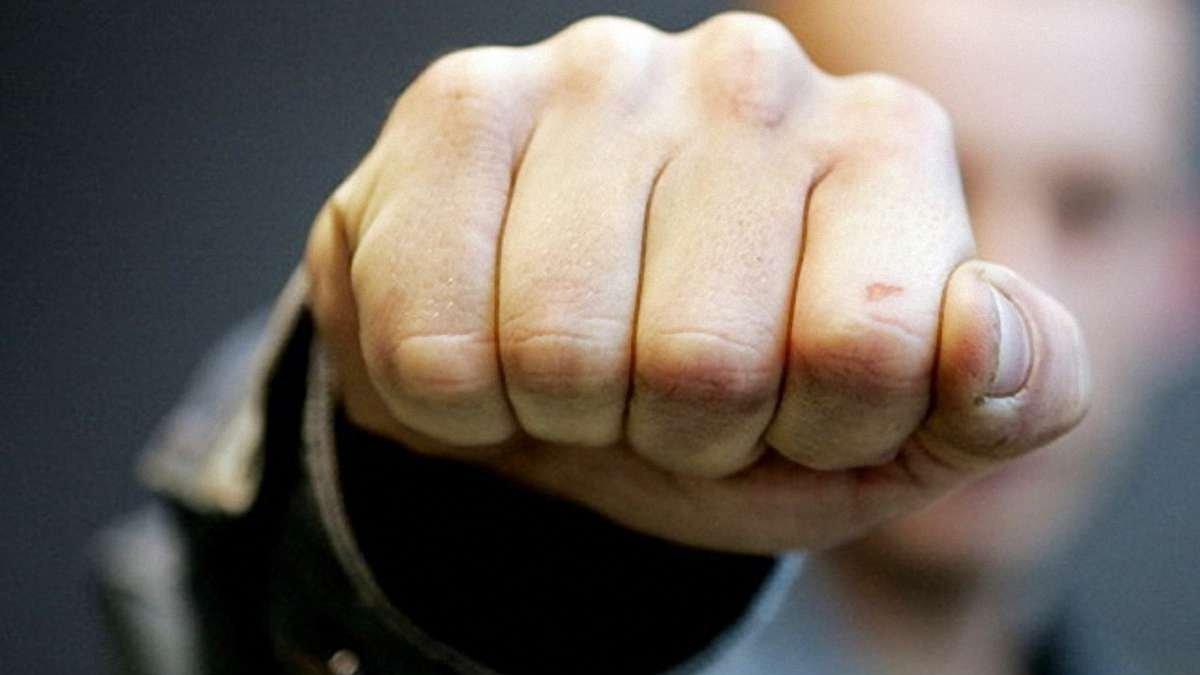 «Удар в лицо»: в Днепре молодежь издевалась над пожилым дворником. Новости Днепра