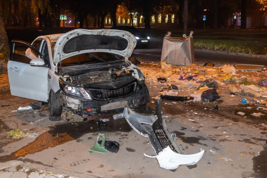 Мусор по всей дороге: в Днепре перевернулось авто. Новости Днепра