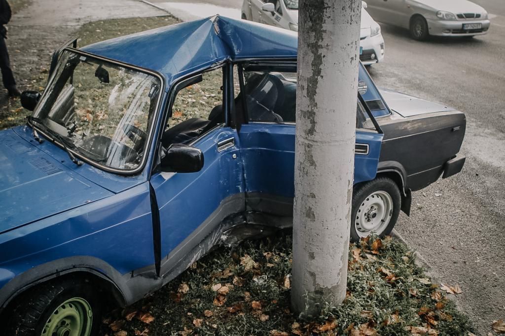 В Днепре машина въехала в столб: водителя зажало в салоне. новости Днепра
