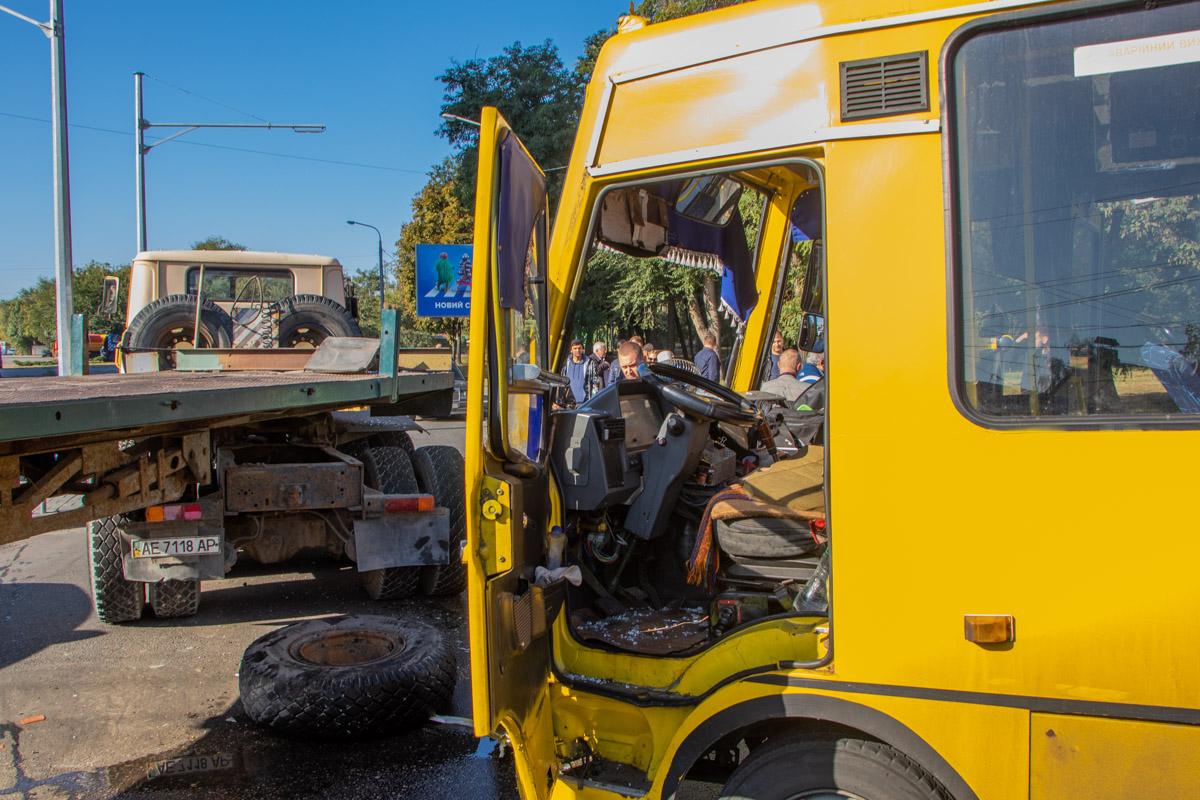 Маршрутка врезалась в грузовик: пострадавшая нуждается в помощи. Новости Днепра