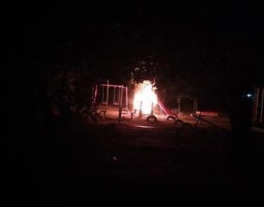 «Это детки развлекаются»: в Днепре горела игровая площадка. Новости Днепра