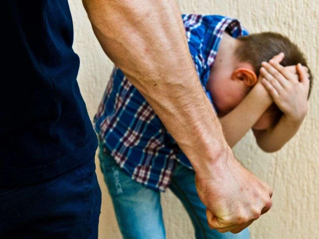 Гематомы закрыли глаз: мужчина избил школьника. Новости Днепра