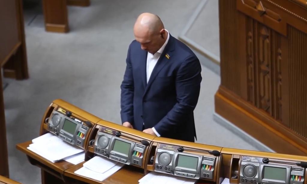 «Он что, писает?»: депутата поймали за странным занятием в Раде. Новости Украины