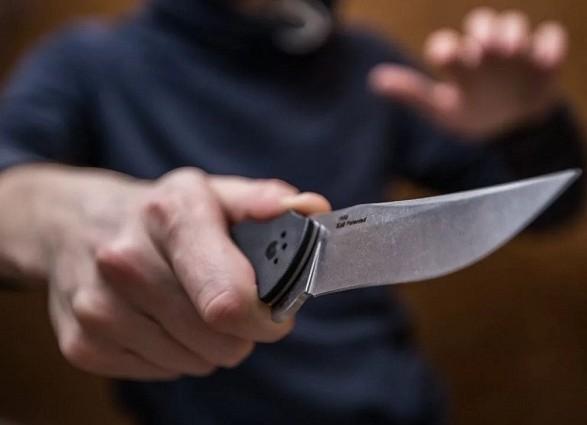 Мужчину ударили ножом в трамвае. Новости Украины