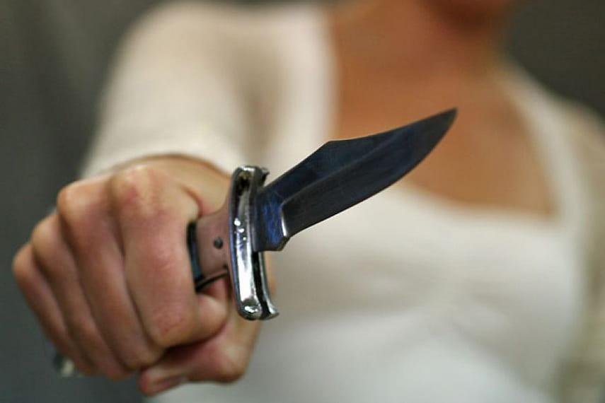«Ножом в живот»: женщина подрезала свою знакомую. Новости Днепра