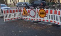 «Не смотря на опасность»: в Днепре водители ездят мимо «просевшего» общежития