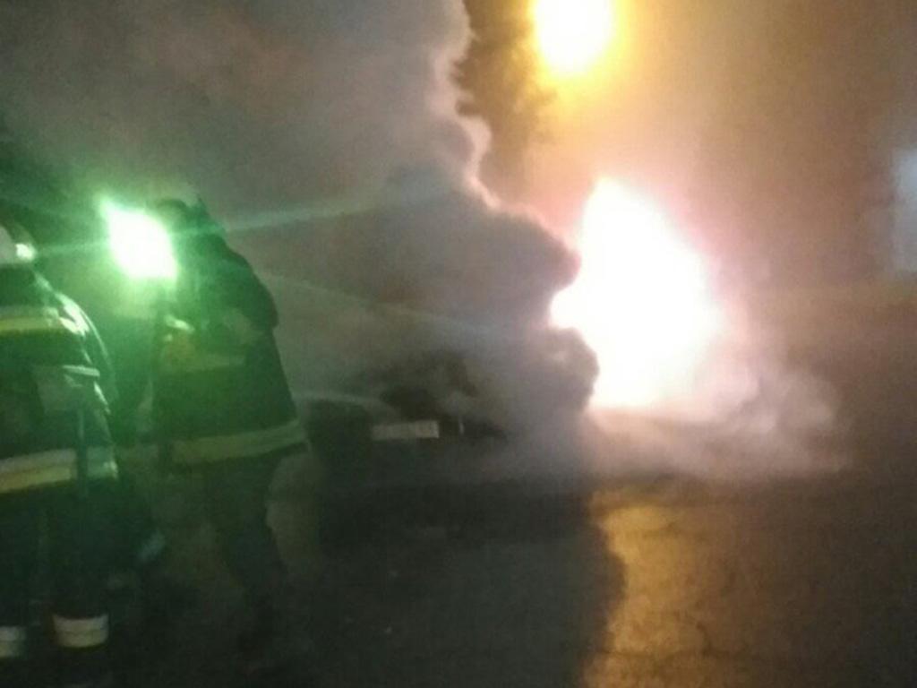 Тушили 4 спасателей: в центре города вспыхнуло авто. Новости Днепра