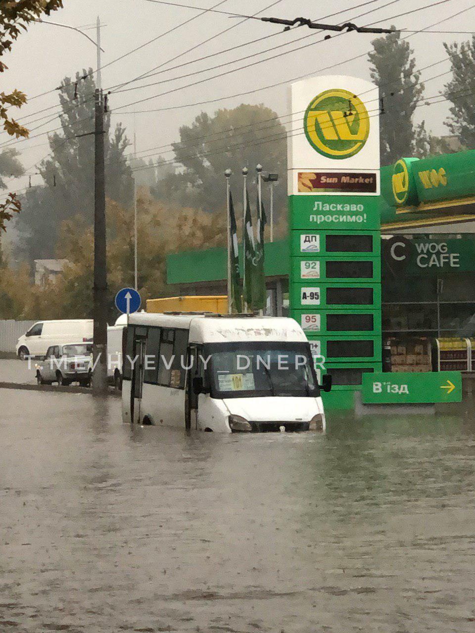 В Днепре «утонула» маршрутка с пассажирами. Новости Днепра