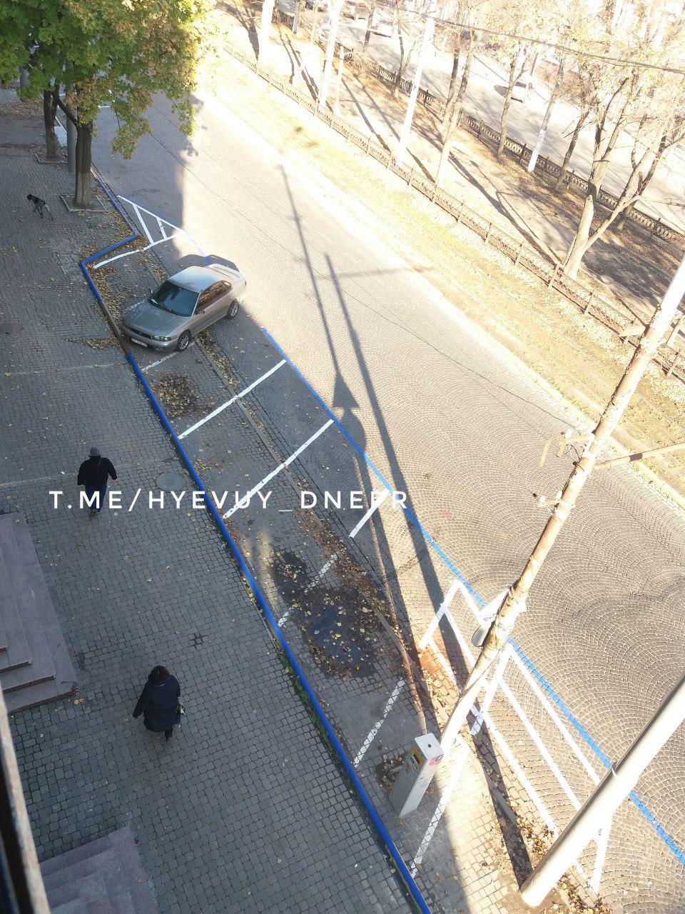 «Качественная» парковка: разметку нанесли прямо вокруг машины и луж. Новости Днепра