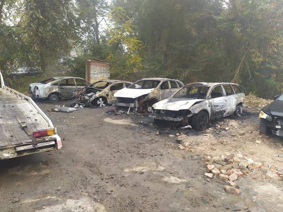 Пожар на стоянке в Днепре: сгорели 4 автомобиля. Новости Днепра