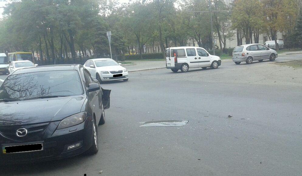 Тройное ДТП в центре Днепра: образовываются пробки, на дороге стекла. Новости Днепра