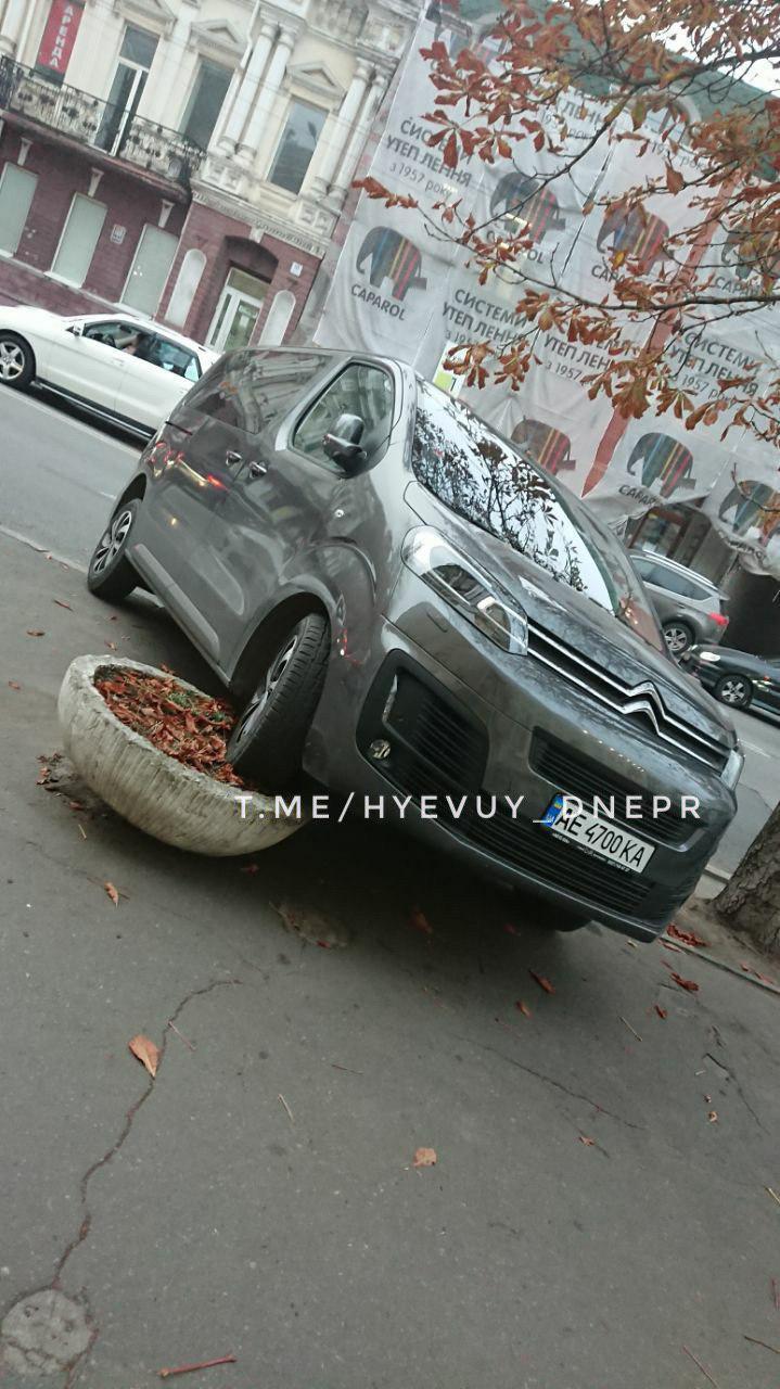 «Блестящая парковка»: в Днепре автомобиль оставили на клумбе. Новости Днепра