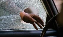 В Днепре неизвестные вскрыли гараж, разбили машину и украли документы