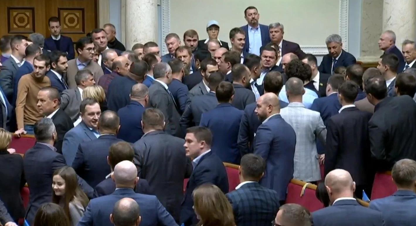 «Отличились»: первая потасовка новоизбранных депутатов в Верховной Раде. Новости Украины