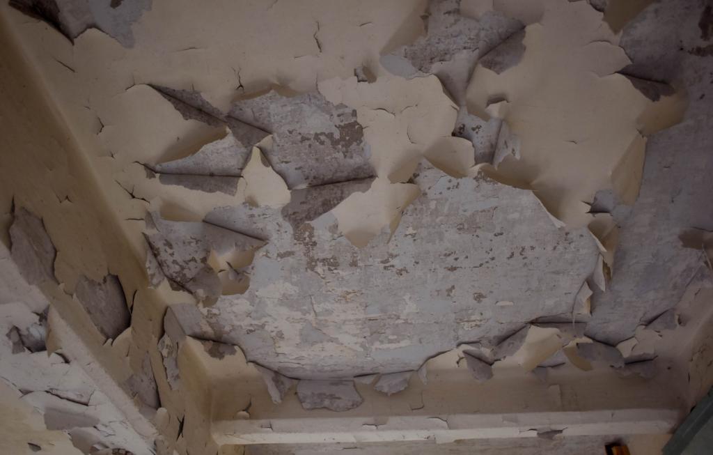 Дети в опасности: в школе Днепра осыпался потолок. Новости Днепра