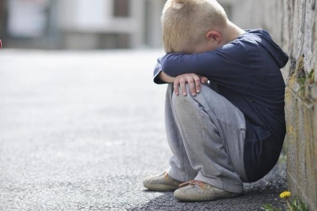 Сидел за ограждением и плакал: в Днепре потерялся 2-летний ребенок. Новости Днепра
