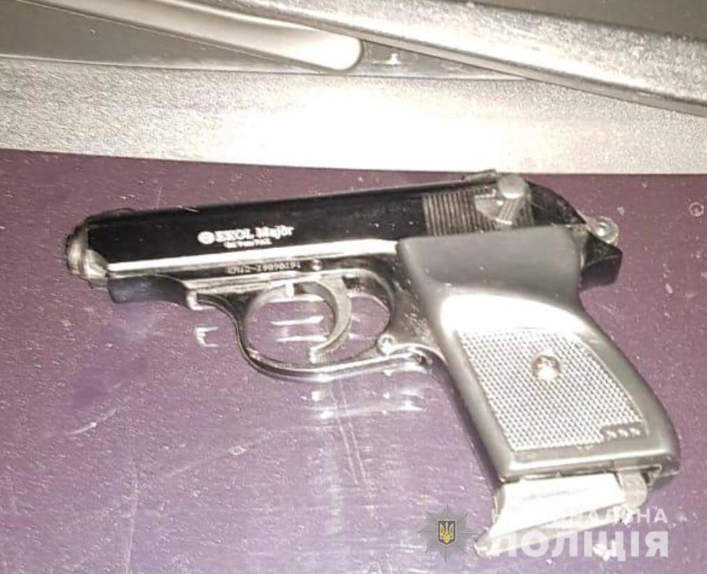 «Под дулом пистолета»: двое парней ограбили женщину. Новости Днепра