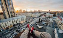 В Днепре парни ради фотографий забрались на крышу новостройки