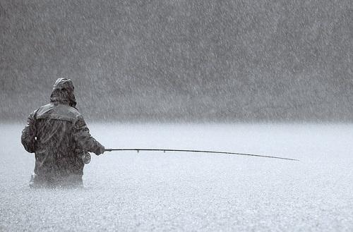 Мужчина рыбачил в луже посреди дороги. Новости Днепра