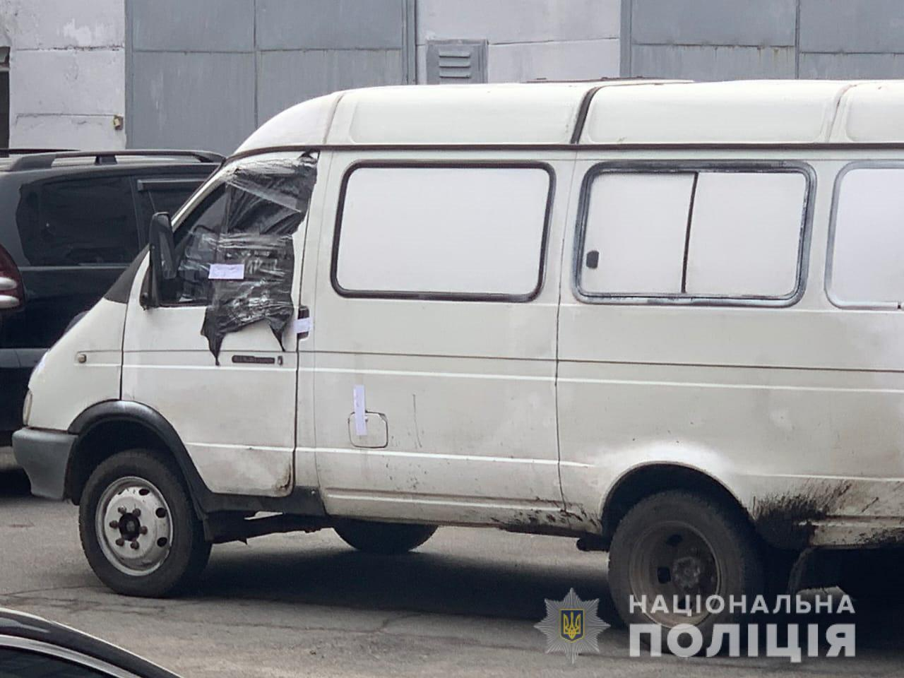 В Днепре полицейского протащили на капоте микроавтобуса. Новости Днепра