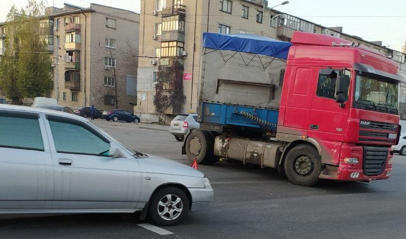 В Днепре фура сломалась посреди проспекта. Новости Днепра