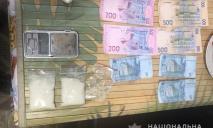 В Днепре разоблачили наркогруппировку с деньгами и оружием