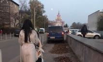 «Антигерой парковки»: в Днепре «автохам» заблокировал дорогу пешеходам