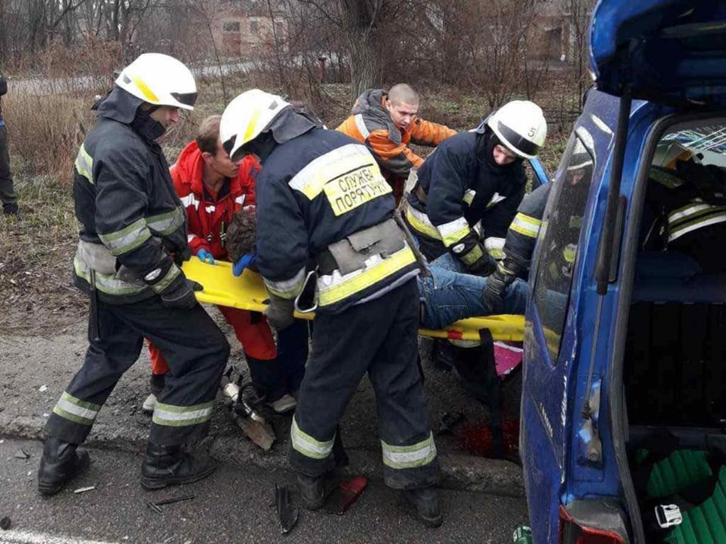 Тройное ДТП с грузовиком в Днепре: водителя вырезали спасатели. Новости Днепра