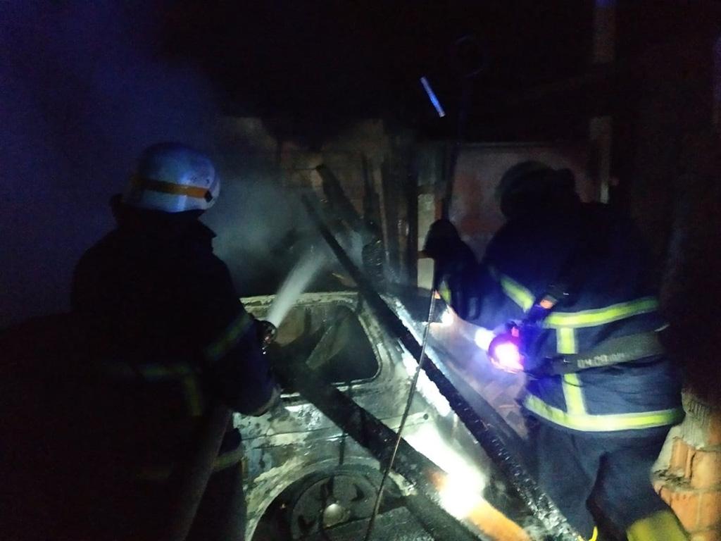 Пожар на территории дома: гараж с автомобилем сгорели полностью, а хозяин госпитализирован. Новости Днепра