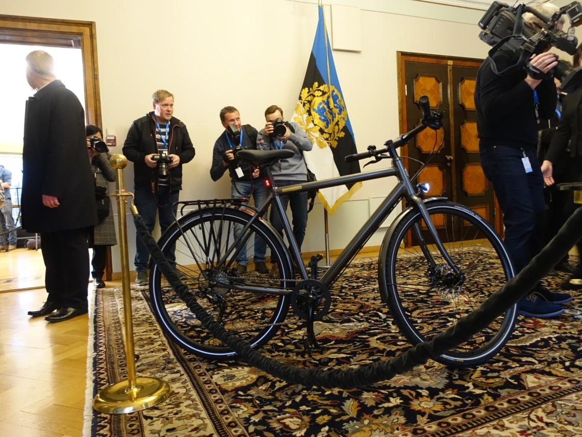 «Кортеж больше не нужен»: президент Эстонии подарила Зеленскому велосипед. Новости Украины