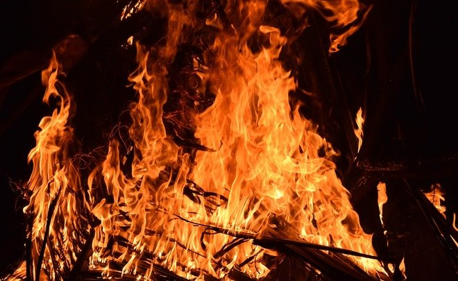 Дым заполнил весь двор: днепрянин нарочно устроил сжигание мусора прямо у многоэтажек. Новости Днепра