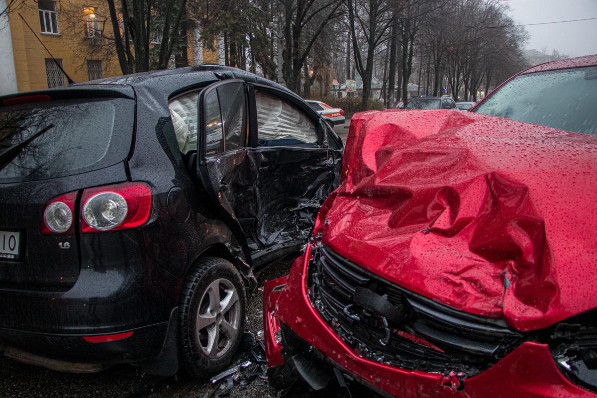 Волна ДТП в Днепре: столкнулись два авто, есть пострадавшие. Новости Днепра