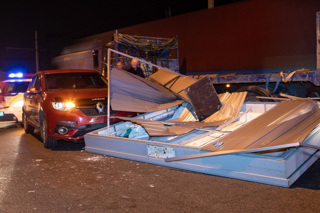 ДТП в Днепре: на машину упал рекламный щит. Новости Днепра