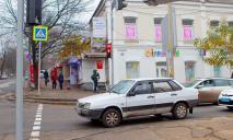 «Перебегала дорогу на красный»: видео момента ДТП в Днепре