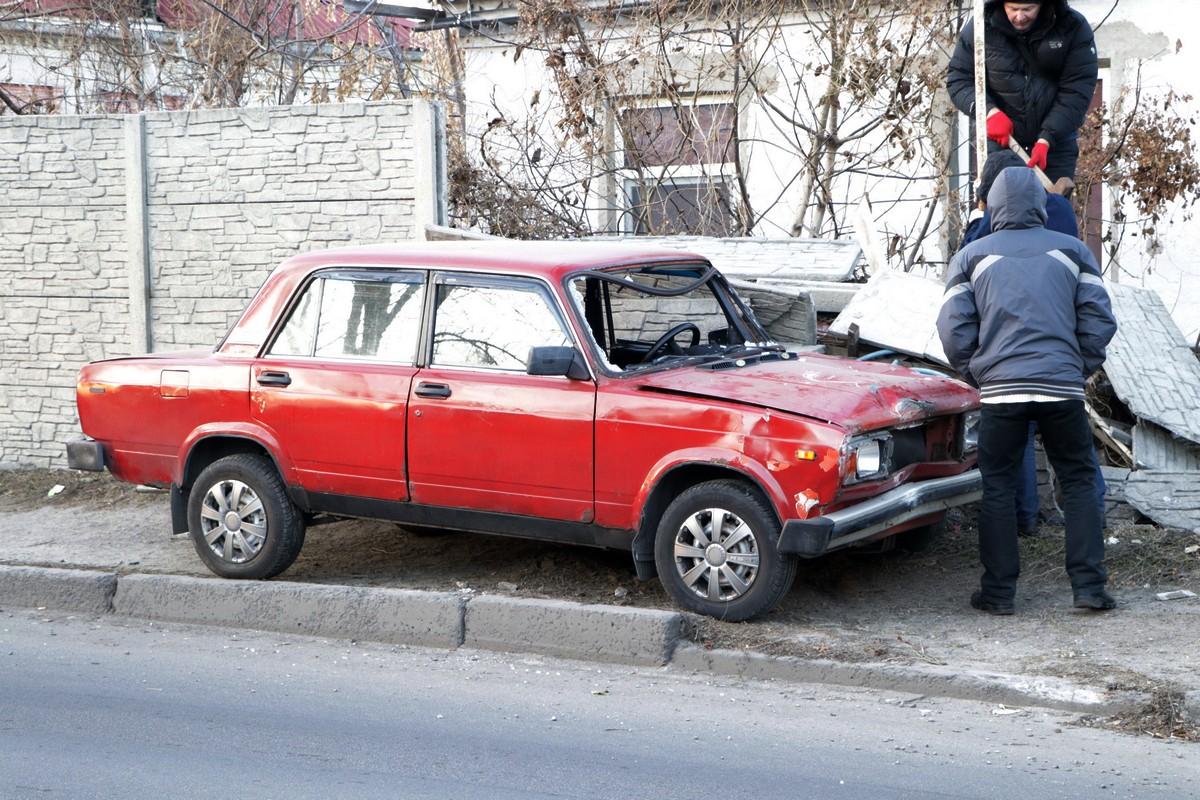 В Днепре авто влетело во двор дома. Новости Днепра