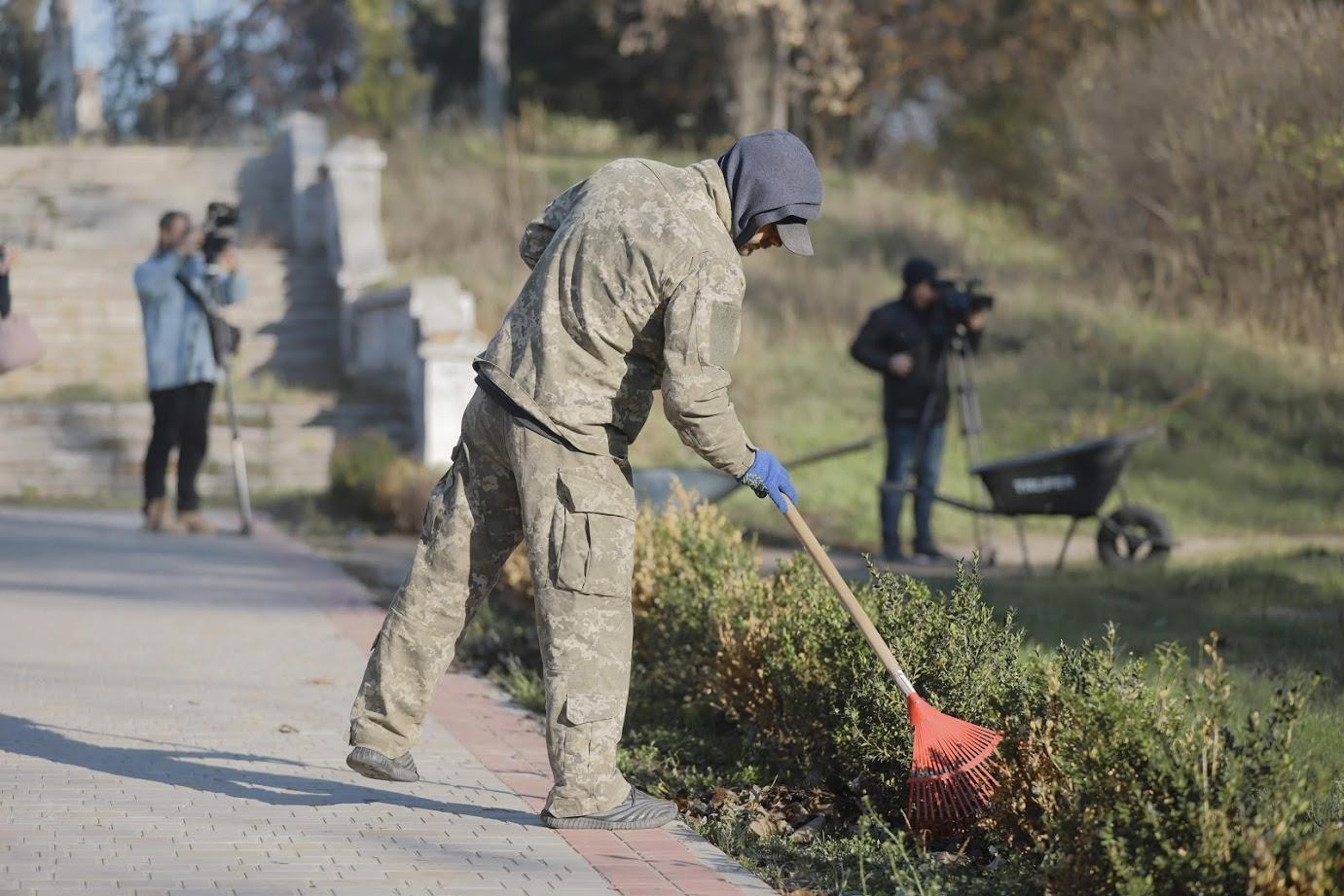 В Днепре неплательщики алиментов начали убирать парки. Новости Днепра