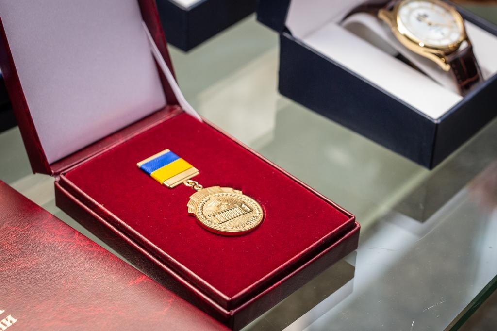 «Лучшие из лучших»: Дмитрий Разумков наградил медиков в Днепре. Новости Днепра