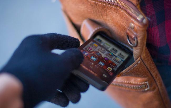 Сразу 7 ворованных телефонов: полицейские обнаружили серийных грабителей. Новости Днепра