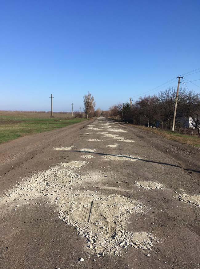 Устали ждать: жители области решили своими силами ремонтировать дороги. Новости Днепра