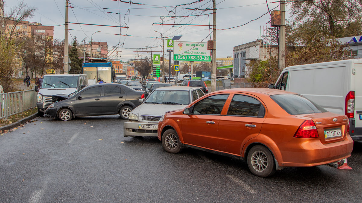 Из-за двух ДТП парализовано движение на левом берегу Днепра. Новости Днепра