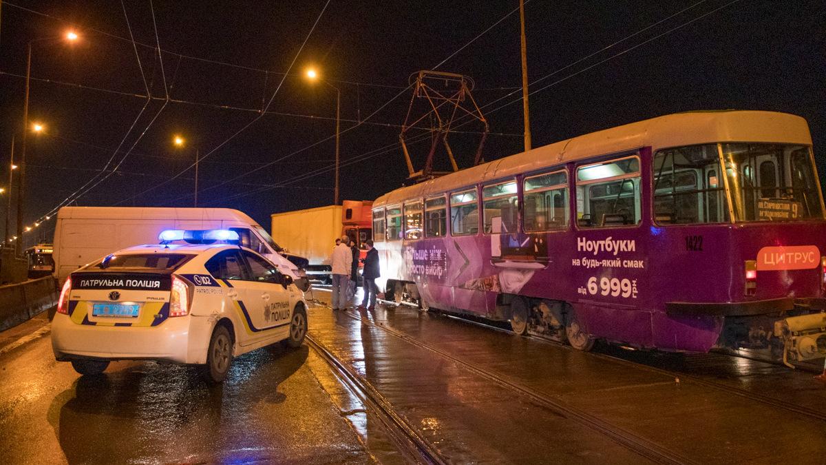 Видео момента ДТП с трамваем на мосту в Днепре. Новости Днепра