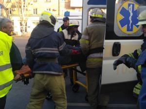 Спасатели вырезали из машины пострадавшего в ДТП. Новости Днепра