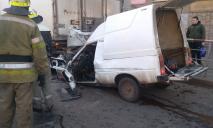 Столкнулись сразу три автомобиля: пострадавшего вырезали спасатели
