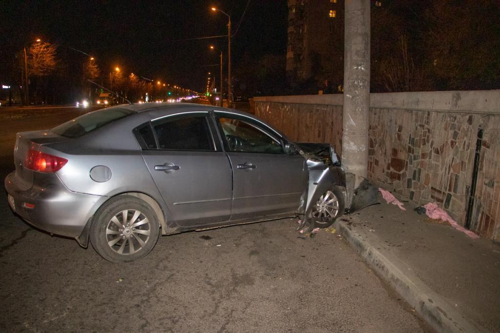 Разбитое лобовое и следы крови: в Днепре авто влетело в столб. Новости Днепра