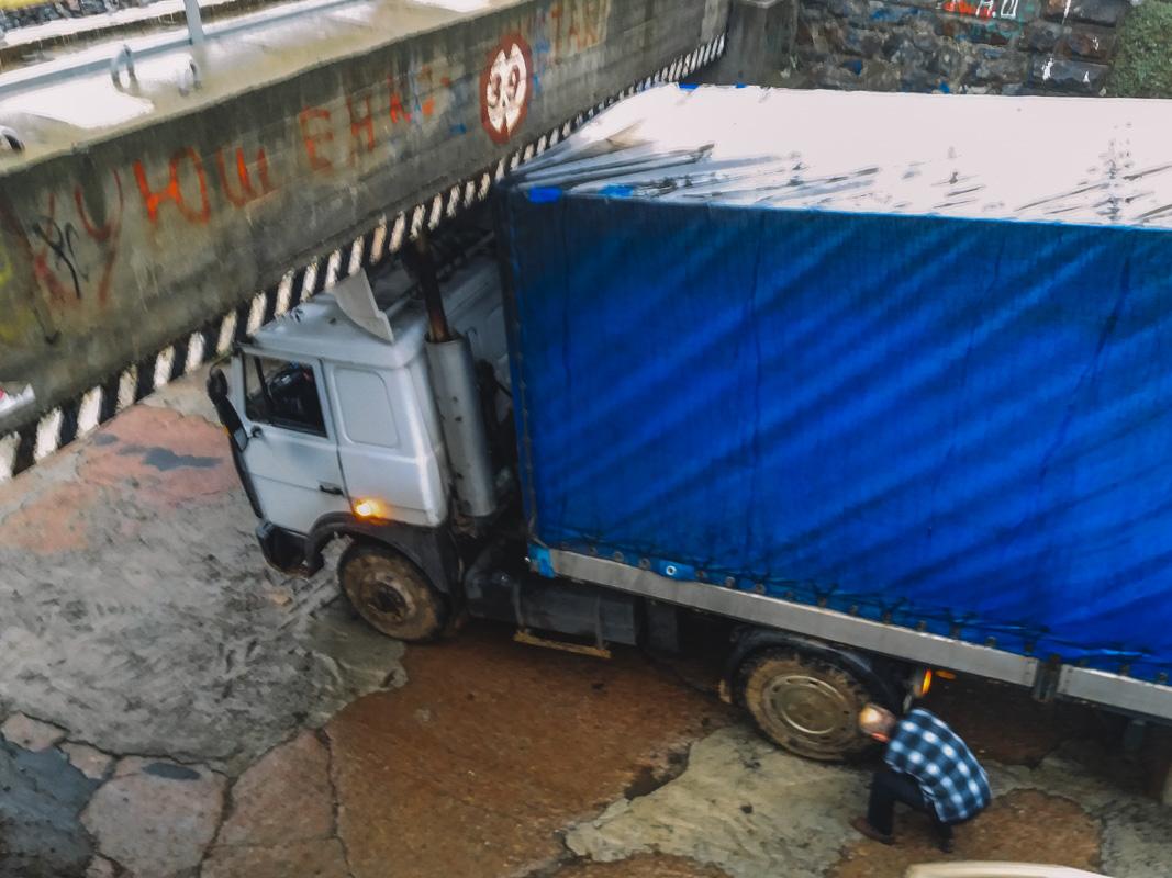 В Днепре фура застряла под мостом. Новости Днепра