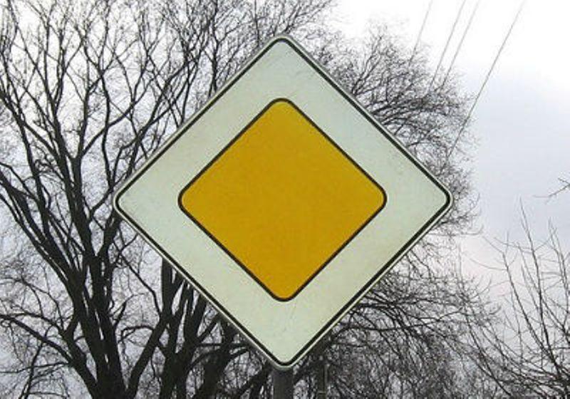 На перекрестке в Днепре установили новые знаки: случилось первое ДТП. Новости Днепра