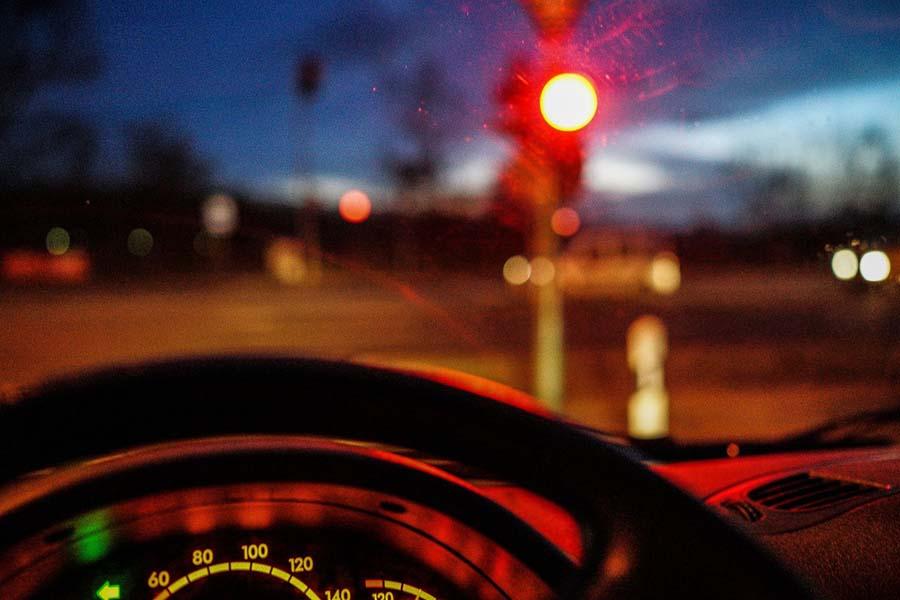 «Наплевала на правила»: днепрянка с ребенком перебегала дорогу на «красный». Новости Днепра