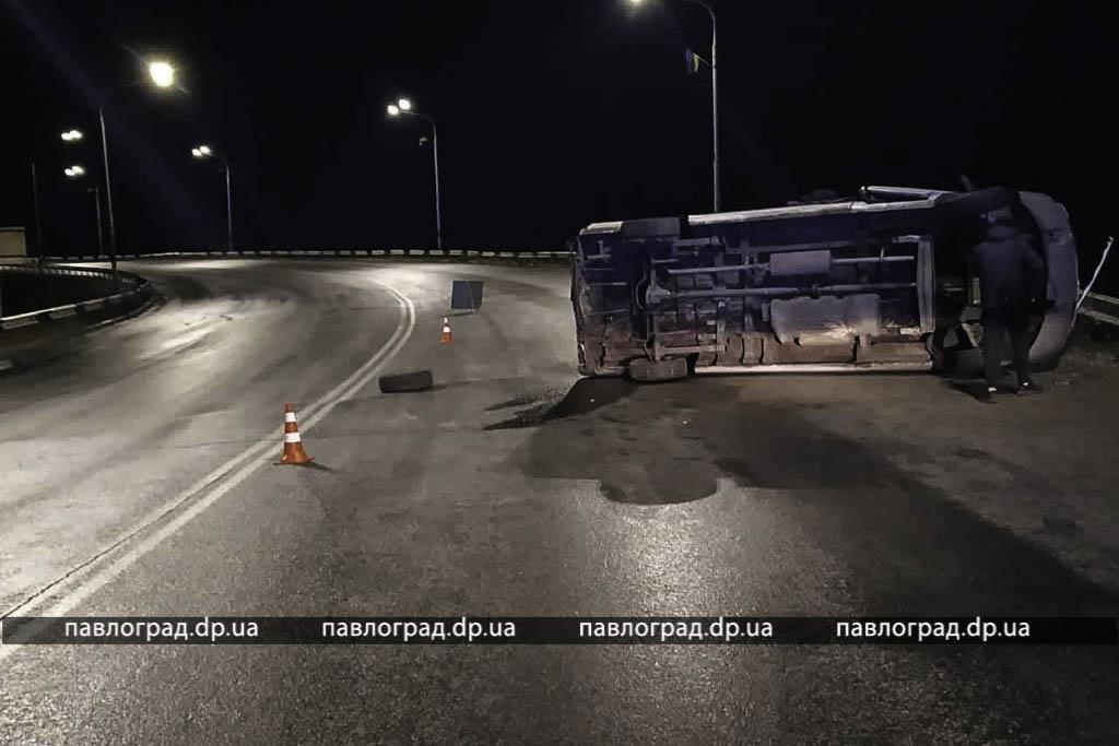 На мосту перевернулся микроавтобус с пассажирами. Новости Днепра