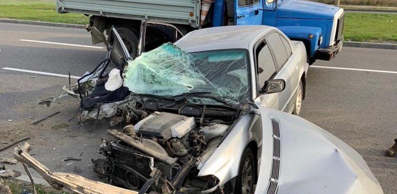 В Днепре автомобиль с детьми влетел в столб. Новости Днепра